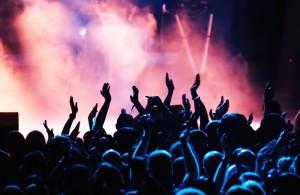 müzik-etkinliğinde-izleyiciler-1000x650