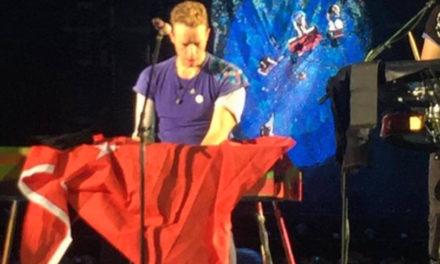 Coldplay sahnede Türk bayrağı açtı